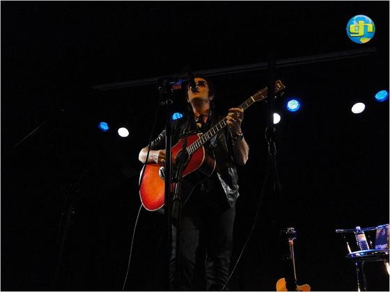 2011-11-14 Acoustic Show in London - Glenn singing